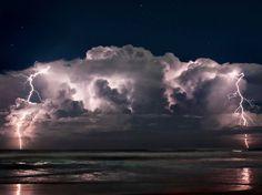 Photo prise au large de la ville de Floride d'Ormond Beach par le chasseur d'orages Jasn Weingart.