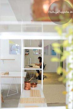 Perfekte Kombination von Farben und Textilien. Der Raum strahlt gute Energie und bietet eine tolle Umgebung für Arbeit. Bestellung auf FilzKugelTeppiche.de Filz-Kugel-Teppich-Double-White weis rechteckiger