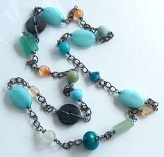 Sautoir avec des perles en pierres semi-précieuses par Adrimag