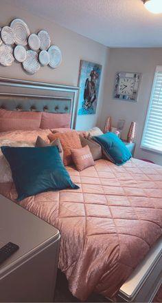 Room Decor Bedroom Rose Gold, Decor Home Living Room, Small Room Bedroom, Room Ideas Bedroom, Home Bedroom, Elegant Bedroom Design, Pinterest Room Decor, Beauty Room Decor, First Apartment Decorating
