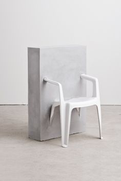 Études plastic chair in concrete