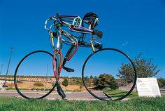 Pyöräilijäveistos Pueblossa, Coloradossa.