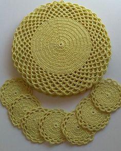 Sousplat de ganchillo: 67 fotos y tutorial con gráfico - Sousplat croche - Jogo de Cozinha de Crochê Crochet Placemat Patterns, Crochet Doily Patterns, Crochet Diagram, Crochet Designs, Crochet Mat, Crochet Dollies, Crochet Flowers, Crochet Home Decor, Crochet Crafts