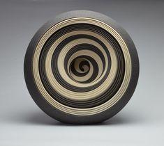 As esculturas cerâmicas esféricas de Matthew Chambers