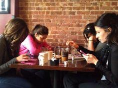 'Phubbing' es el término acuñado para el acto de relegar a quien nos acompaña y prestar más atención al teléfono celular