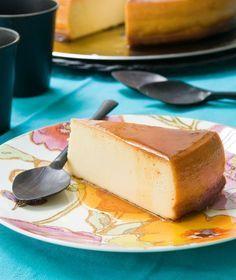 Συνταγή από το Πουέρτο Ρίκο. Γίνεται με τυρί κρέμα, γάλα εβαπορέ και ζαχαρούχο και έχει σφιχτή υφή και γαλακτερή, γλυκιά και καραμελένια γεύση. Greek Desserts, Greek Recipes, Desert Recipes, Fun Desserts, My Recipes, Cooking Recipes, Cooking Ideas, Low Calorie Cake, Flan Cake