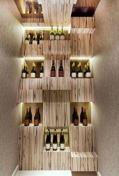 1 mur entierement couvri par une construction des coffrets en bois = comme un bibliothèque avec des niches de présentation