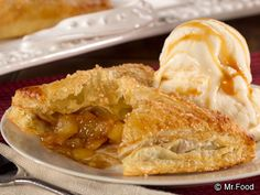 This Amish-style dessert is just what you need after a long day, and you won& even mind making them because this easy apple turnover recipe uses shortcut puff pastry. Served by themselves or with a scoop of delicious ice cream, you can& go wrong wi Apple Turnover Recipe, Turnover Recipes, Apple Turnovers, Apple Desserts, Just Desserts, Delicious Desserts, Yummy Food, Apple Cakes, Mini Desserts