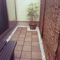 ウッドパネルを囲むように玉砂利を敷き詰めれば、どこか和風庭園のような趣ある空間に様変わり。日除けのすだれも効果的です。
