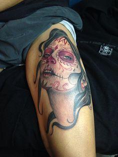 Virgen de la muerte. Tatuaje en sombras y detalles en color.