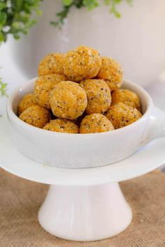 Super easy and healthy Apricot, Coconut & Chia Balls - the perfect kid-friendly lunch box snack! Just 10 minutes prep time and completely no-bake. mix, roll and eat! Easy Desserts, Delicious Desserts, Yummy Food, Toddler Meals, Kids Meals, Toddler Food, Baking Recipes, Dog Food Recipes, Diet Recipes