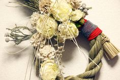 アートフラワーのローズパール染めの松笠ドライになるのシルバーブルニア水引etc… 直径約18-29センチ 白いバラと、朱色のヒモで紅白にしてあり...|ハンドメイド、手作り、手仕事品の通販・販売・購入ならCreema。