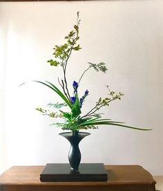 Ikebana Flower Arrangement, Flower Arrangements Simple, Japanese Flowers, Japanese Art, Bonsai, Flower Artwork, How To Preserve Flowers, Party Centerpieces, Artificial Flowers