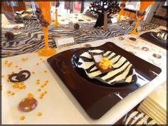 """Table de Fête marron chocolat et motif """"zèbre"""", sympa pour une fête sur le thème safari (mariage, anniversaire, baptême ...). Toutes nos idées déco sur : http://www.boutique-jourdefete.com/blog/actualite-des-magasins/idees-de-decoration-de-table/"""
