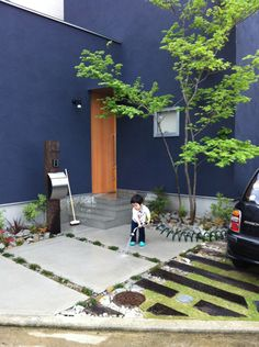 長い土間のある黒色の家 | D'S STYLE(ディーズスタイル) Entrance Design, Gate Design, House Design, Exterior Paint, Exterior Design, Interior And Exterior, Navy Blue Houses, Outdoor Balcony, Outdoor Decor