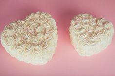 Layer Cake Coeur 15cm et 20cm glaçage blanc rosace Création LITTLE - Petits Gâteaux Crédit photo : Julie Marie Gene Gobelin Ice Tray, Creations, Julie, Sweet, Layer Cakes, Table, Paris, Best Cupcakes, White Icing