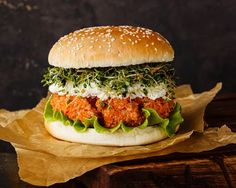 Vegetarian Burger with Carrot Steak - CuisineZ Now Tasty Dishes, Food Dishes, Hamburger Vegetarien, Canned Blueberries, Vegan Scones, Caesar Pasta Salads, Gluten Free Flour Mix, Vegan Blueberry, Veg Recipes