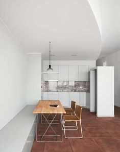 Hiha Studio breaks up linear apartment with curved corridor The curved wall alo. Hiha Studio breaks up linear apartment with curved corridor The curved wall along the corridor and Mini Clubman, Barcelona Apartment, Apartment Layout, Open Plan Kitchen, Minimalist Interior, Small Patio, Other Rooms, Contemporary Architecture, Studio