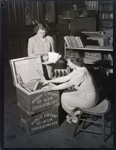 Boxing books for the Lending Library, Mitchell Building, photograph by Ivan Ives, 29.10.1943, Pix Magazine Collection - State Library of New South Wales