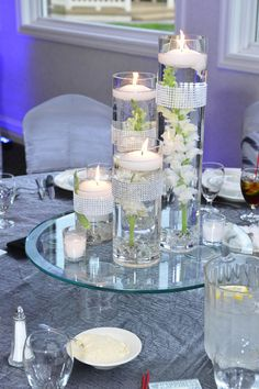 Espejo, velas flotantes, tubos de cristal arreglo elegante y simple.