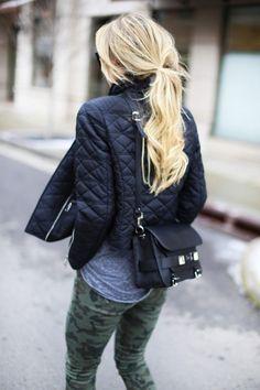 Acheter la tenue sur Lookastic:  https://lookastic.fr/mode-femme/tenues/veste-t-shirt-a-col-rond-gris-pantalon-slim-vert-fonce-sac-bandouliere-noir/5632  — Pantalon slim camouflage vert foncé  — T-shirt à col rond gris  — Sac bandoulière en cuir noir  — Veste matelassée noire