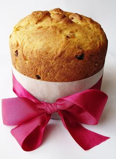 The creamy, soft base is accented with raisins and candied citrus.Source From creamy panettone and candied citrus. Ring Cake, Fruit Bread, Food Stall, Food Gifts, Raisin, Scones, Muffin, Sweets, Eat