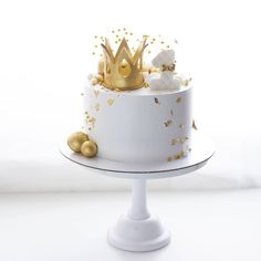 Another cake with a crown for a small family- Еще один тортик с короной для маленького им… Another cake with a crown for a little birthday. Golden balls hanging in the air are candies лед The ​​sun does not give a chance … - Buttercream Cake, Fondant Cakes, Cupcake Cakes, Cupcakes, Beautiful Cakes, Amazing Cakes, Pretty Cakes, Bolo Cake, Baby Birthday Cakes