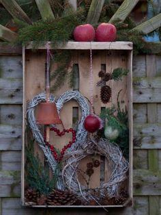 Feeding station for birds in old fruit crate - Ideen Weihnachten - DIY Deko Recycled Christmas Decorations, Xmas Decorations, Diy And Crafts, Christmas Crafts, Winter Christmas, Christmas Time, Christmas Wreaths, Box Noel, Garden Deco