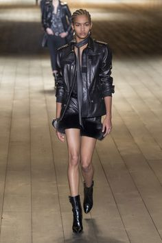 The complete Saint Laurent Fall 2018 Ready-to-Wear fashion show now on Vogue Runway. Fashion Tv, Leather Fashion, World Of Fashion, Womens Fashion, Fashion Glamour, Fashion Weeks, Vogue Paris, Givenchy, Yves Saint Laurent