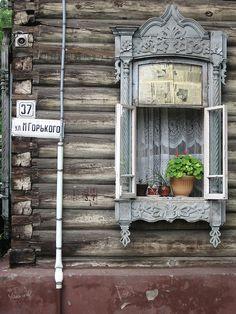 architecture traditionnelle russe : fenêtre en bois, maison, datcha