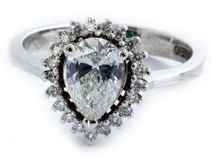 Ringweite: 56. Gewicht: ca. 3,9 g. WG 750. Hübscher, moderner Ring mit zentralem Diamant in Tropfenform, ca. 1,1 ct, umrahmt von kleinen Brillanten, zus. ca....