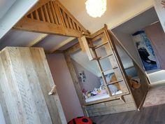 We hebben hier een bed op maat gemaakt steigerhouten onder een schuin dak.