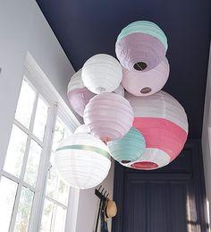 Luminaire homemade  Les boules chinoises sont idéales pour créer un luminaire très personnel. Pour un rendu arty, on mixe les blanches, les imprimées et on en customise d'autres à la bombe de peinture pour créer des modèles uniques. http://www.castorama.fr/store/pages/idees-decoration-jouer-accumulation.html