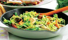 Lynstegt spidskål med kylling, gulerødder og soja.