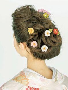トップとボトムにふくらみをもたせた、和髪風のアレンジです。襟足の毛はロールにして巻き上げて。カールを出した髪に小花のつまみかんざしをちらすこ...