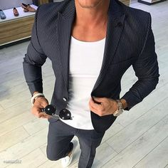 We are in a golden era where many workplaces have allowed a flexible culture when office wear is concerned. With the days of suits, shirts and office ties coming to an end, it is still possible to look smart and. Smart Casual, Casual Chic, Casual Looks, Men Casual, Blazer Outfits Men, Casual Outfits, Fashion Outfits, Fashion Blogs, Mens Fashion Suits