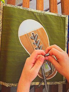 Quiet book (ou livro sensorial em português) é um livrinho para crianças feito de feltro ou pano,com atividades para desenvolver a coordenação motora fina e estimular os sentidos. Existem muitos ...