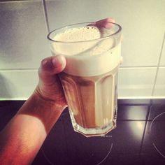Denna och några kokta ägg till frukost. En perfekt start på dagen. Ägglatte med kokos och kanel 1 rått ägg 1 msk nescafe (1 espresso) 1-2 msk kokosfett/olja Lite kanel ca 2 dl kokhett vatten Stavmixa ägg, kokosfett, kaffe och kanel. Häll på vattnet och mixa ca 10 sek. (ju längre man mixar desto mer