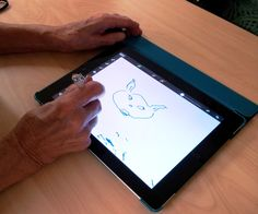 Roihuvuoren palvelukeskuksen päivätoiminta Liina  kokeilee iPad-sovelluksia toiminnassaan. Yhteistyö on toimivaa ja hauskaa.