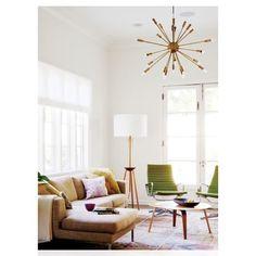 Living vintage. Poltronas Charles Eames em couro verde, lustre sputinik em otoni.