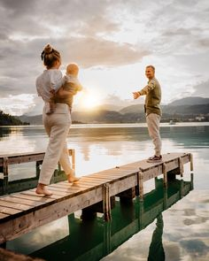 Sunsets are proof that endings can be beautiful too 💛 #familygoals . . . #familyfirst #familyvacay #wörthersee #carinthia #visitaustria #hotellinde #linde #familyblogger #travelingfamily #familienblig #reiseblog #travelblogger #couplegoals #coupletravel #sunsetphotography #sunsetlovers Family Goals, Couple Goals, Travel Couple, Family Travel, Visit Austria, Carinthia, Family First, Sunset Photography, Sunsets