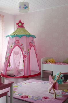Mikä prinsessahuone! Lastenhuone löytyy Valhalla-kohteesta ja se on tapetoitu Tikkurilan Duett Dream -tapetilla ja muut seinät huoneessa maalattu sointuvalla Duett-maalin sävyllä. #tikkurila #asuntomessut #asuntomessut2015 #duett #tikkuriladuett #lastenhuone #pink #kidsroom