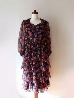 Vintage 1970s Floral Ruffle Dress Size M von PaperdollVintageShop, €29,90