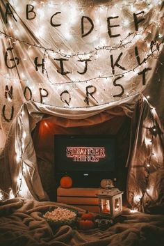 36 Ideas aesthetic wallpaper stranger things for 2019 Stranger Things Halloween, Stranger Things Funny, Stranger Things Netflix, Stranger Things Season, Stranger Things Lights, Bobby Brown Stranger Things, Stranger Things Aesthetic, Halloween Tags, Halloween Movies