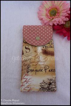 """Conjunto de capa de livros, carteira e estojo """"Outono Parisiense""""."""