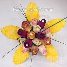 Ramo de rosas San Sebastián realizado a mano con toda clase de detalles, listo para regalar. – Formado por 12 rosas de madera pequeñas y 4 grandes.