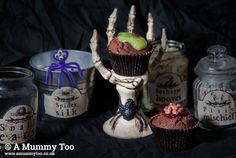 How to make oozing slime cakes & gory brain cakes, plus grab these printable potion labels Brain Cake, Brain Cupcakes, Halloween Themed Food, Easy Halloween Food, Pumpkin Cake Pops, Chocolate Cupcakes Filled, Potion Labels, Cakes Plus, Walnut Recipes