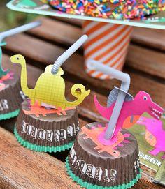 Festa no jardim Dinossauros!!! Fotos: @sidney.doll.3 Bolo de chocolate e cupcakes: @mariacomacucar Produção: @augurifestas e @femmerick Realização: @mixconteudo para Mimoo Toys´n Dolls #dinossauros #dinossauro #merimeri #festadecriança #festainfantil #mimootoysndolls