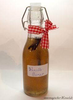 Rezept für selbstgemachter Vanillesirup  für Kaffee und ......... Rezept für Vanillesirup  250 g Zucker 150 g Wasser 1 Vanilleschote 2 großzügige Msp gemahlene Vanilleschote (optional) Einige Spritzer frischen Zitronensaft