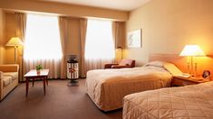 """ホテルでの和風機  ベッド、ソファという室内においても、 『和風機』はマッチします。インテリアとなった風はお客さんへの""""おもてなし""""となります。 Plaza Hotel, Welcome Decor, Smoking Room, Good Night Sleep, Hotel Offers, Exploring, Hotels, Popular, Furniture"""